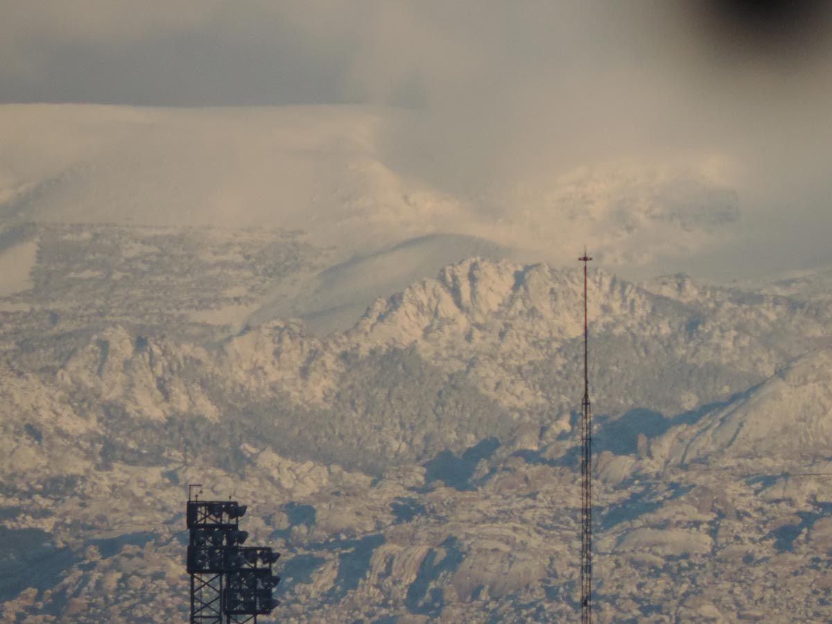 La nevada ha dejado esta blanca estampa en la sierra madrileña
