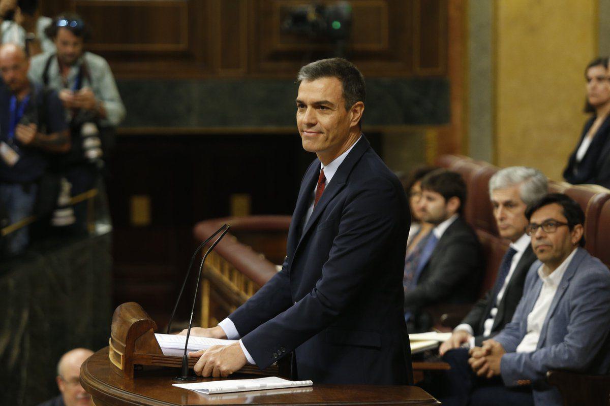 Pedro Sánchez, en la tribuna del Congreso realizando su discurso de investidura