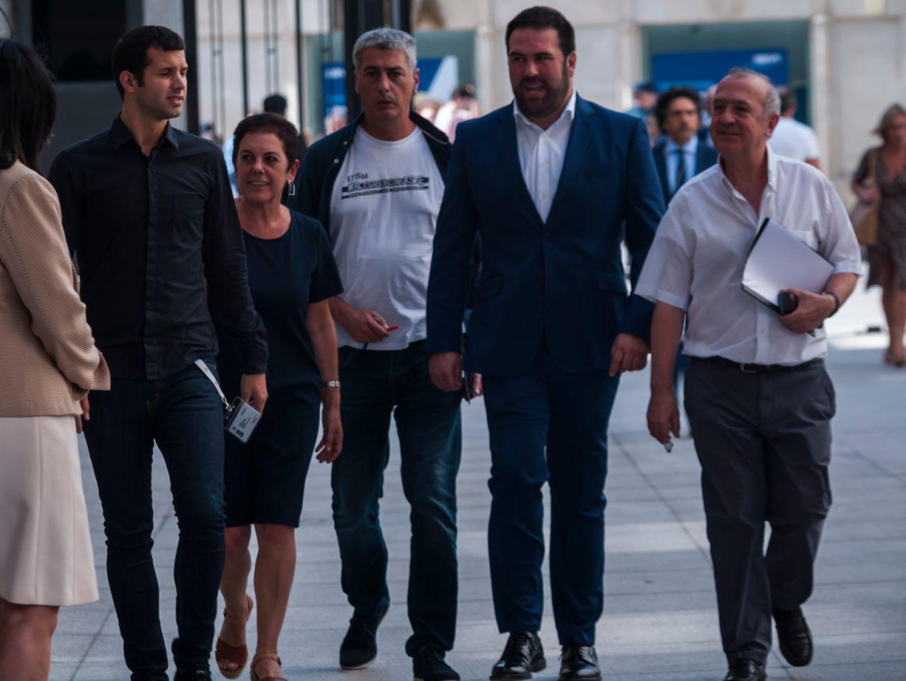 Los diputados de Bildu, llegando al Congreso para asistir al discurso de investidura de Sánchez; su abstención es clave para lograr ser presidente