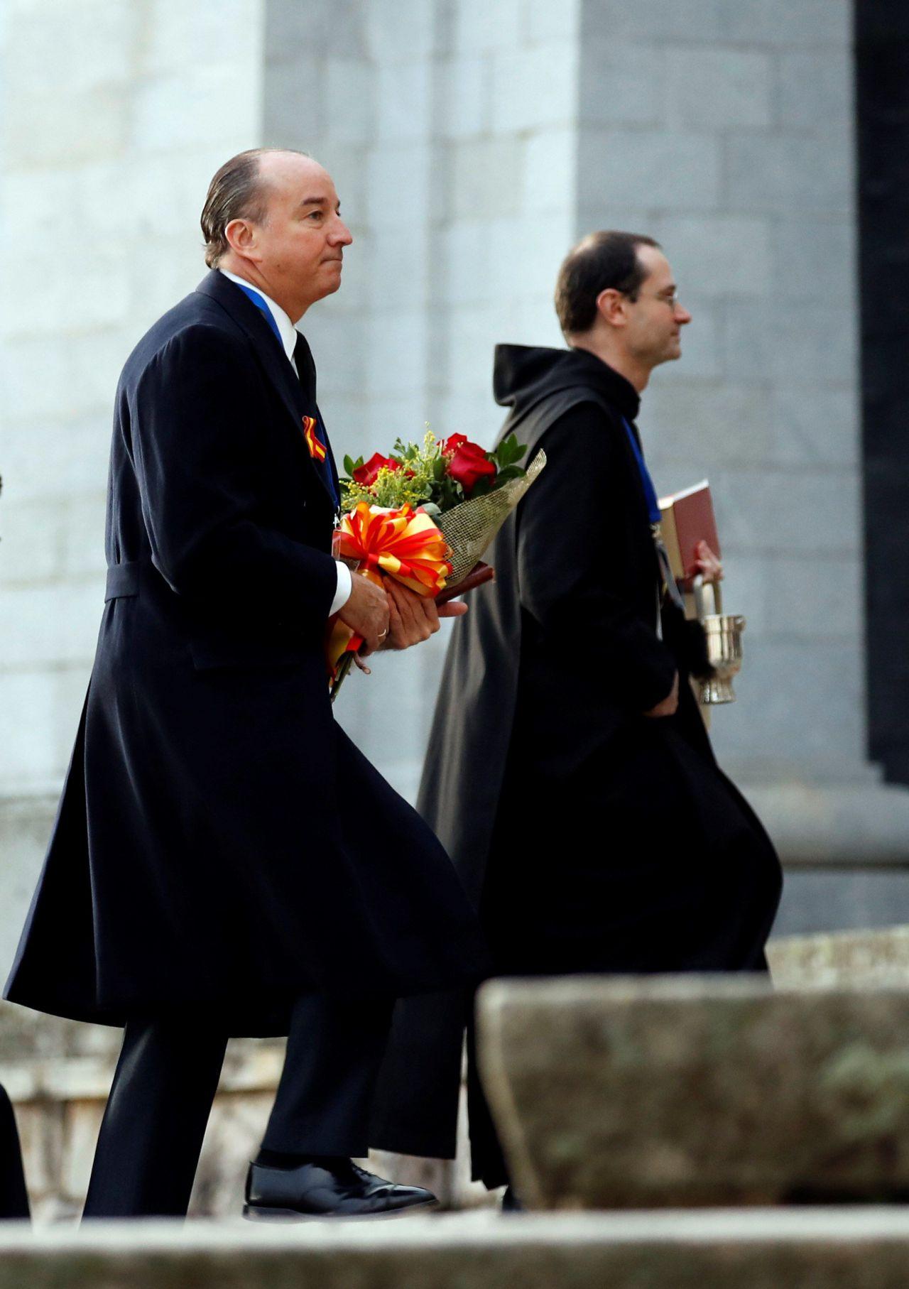 El abogado de la familia Franco, Luis Felipe Utrera Molina (i) y el prior de la basílica, Santiago Cantera (d) a su llegada al Valle de los Caídos