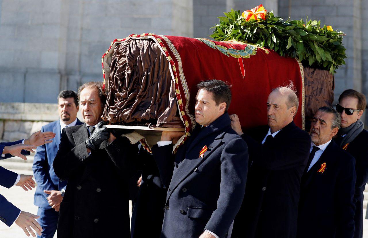 Los familiares de Franco, José Cristobal (i), Luis Alfonso de Borbón Martínez-Bordiú (2i), Francis Franco (3d) y Jaime Martínez-Bordiú (2d) encabezan la comitiva familiar que porta el féretro