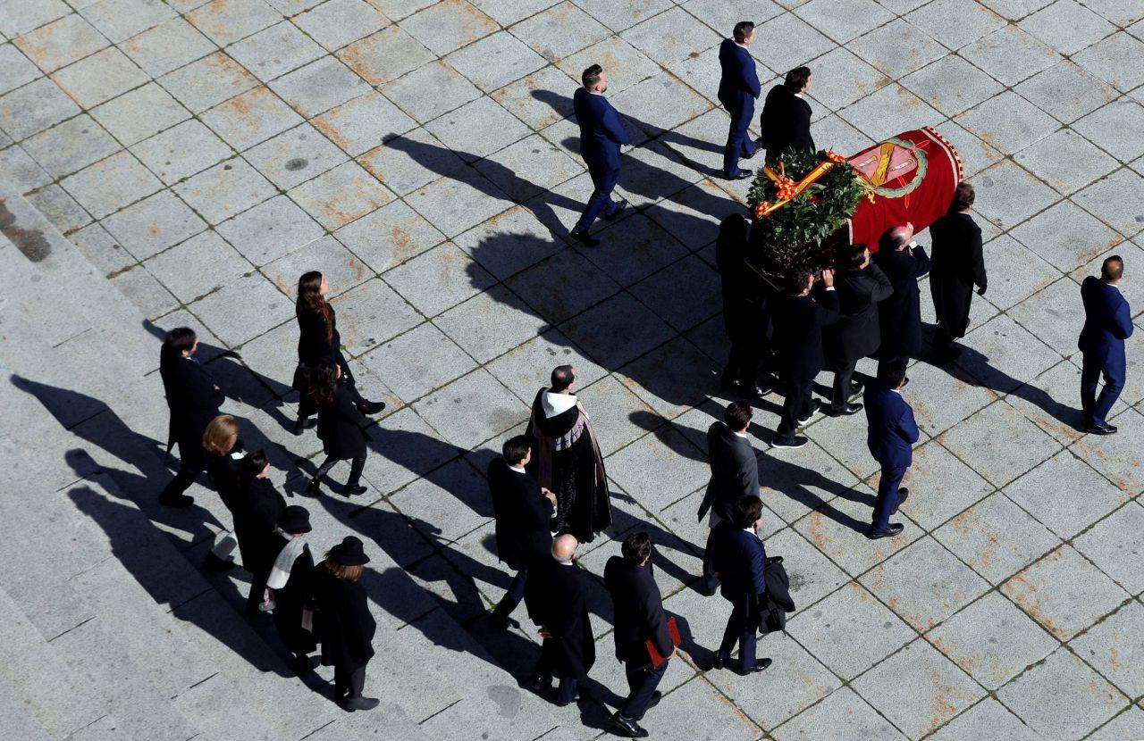 Los familiares llevan el ataúd de Franco
