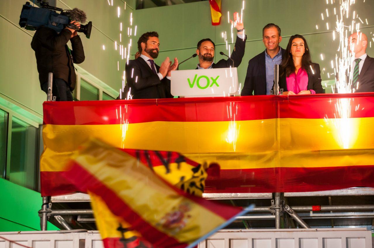 10 de noviembre: Vox daba el salto de calidad pasando de 24 a 52 diputados en el Congreso, hecho que se festejó entre sus filas y sus votantes como un gran triunfo popular, pero que se analizó en clave negativa por la mayoría de la sociedad como un peligroso ascenso de la extrema derecha populista en nuestro país