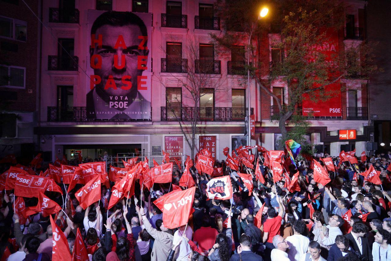 10 de noviembre: el PSOE volvía a ganar las elecciones generales tras la repetición de los comicios. Los socialistas celebraban de manera contenida su victoria porque perdían 3 escaños por el camino...
