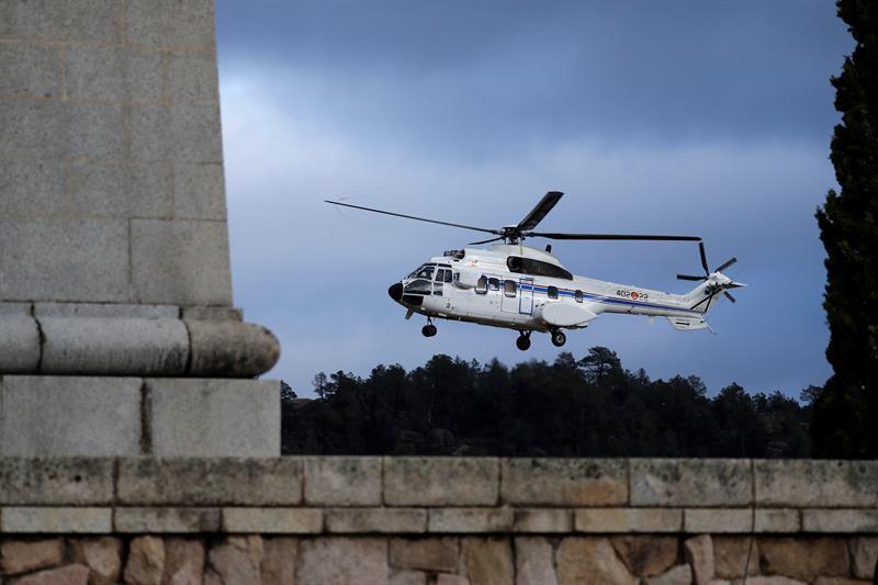 24 de octubre: Un helicóptero transportaba el féretro con los restos mortales de Francisco Franco, que dejaban el Valle de los Caídos