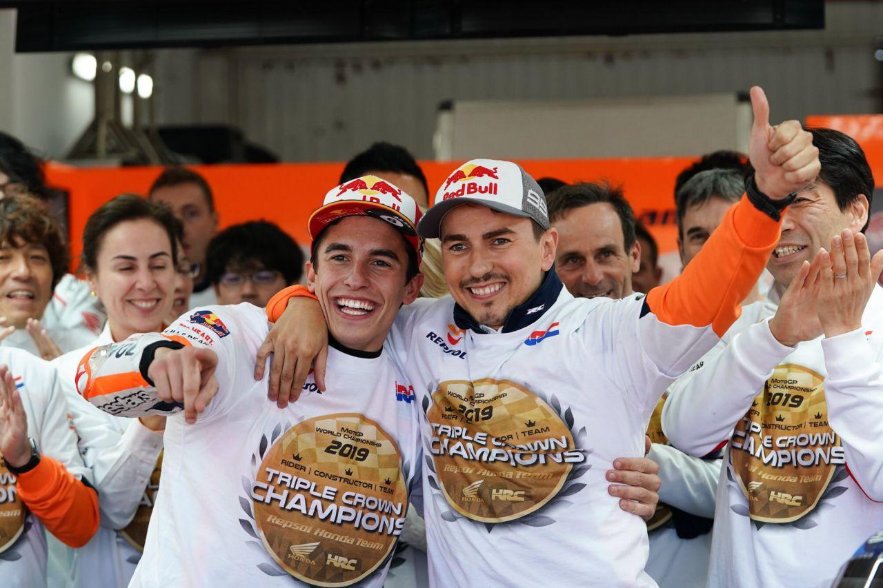 6 de octubre: el piloto español Marc Márquez, a sus 26 años, se proclamaba campeón del mundo por octava vez, sexta ocasión en la categoría reina de MotoGP. Ya está a uno de Valentino Rossi pero aún lejos de los 15 de Giacomo Agostini o los 13 de Ángel Nieto