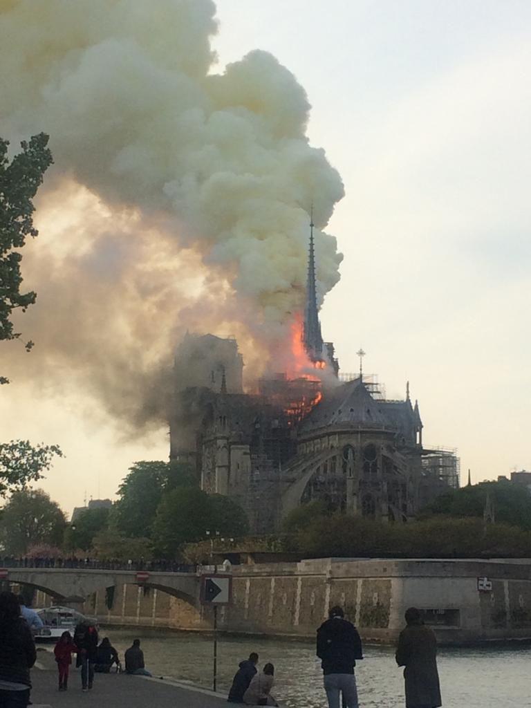 15 de abril: la mítica catedral de Notre Dame de París ardía en un gran incendio que tuvo como origen las obras de reforma. El mundo entero lloró esta pérdida simbólica del arte religioso