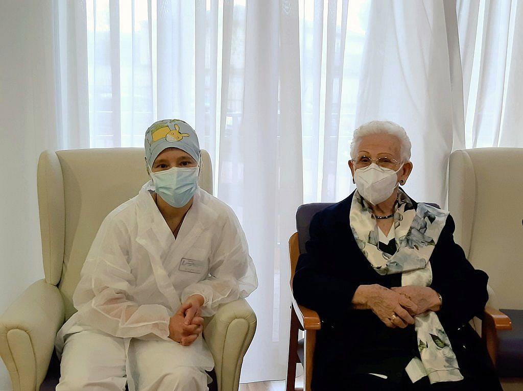 Araceli Rosario Hidalgo, primera vacunada en España, en su residencia Los Olmos, en Guadalajara, junto a Mónica Tapias, primera sanitaria en recibir una dosis
