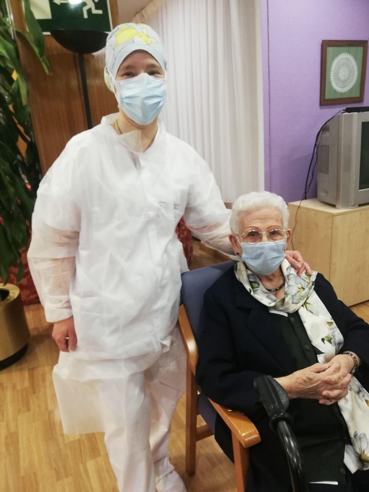 Araceli Rosario Hidalgo, primera vacunada en España, en su residencia Los Olmos, en Guadalajara, tras recibir su dosis