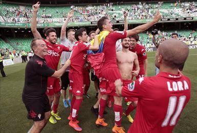 Los jugadores del Sporting celebran el ascenso