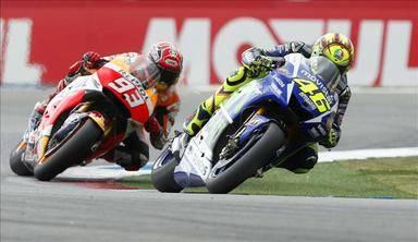 Rossi gana en un controvertido final a Márquez