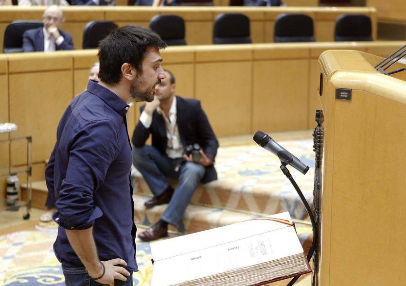 El senador de Podemos Ramón Espinar jura su cargo entre abucheos del PP