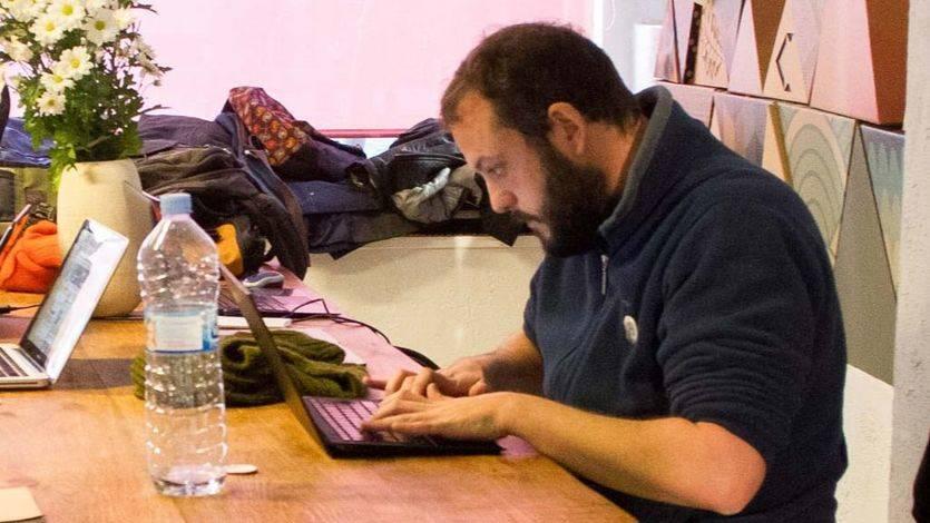 Guillermo Zapata trabajando con un ordenador (archivo)