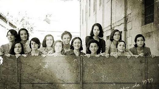 Recreación de las 13 rosas realizada por la película del mismo nombre de Emilio Martínez-Lázaro