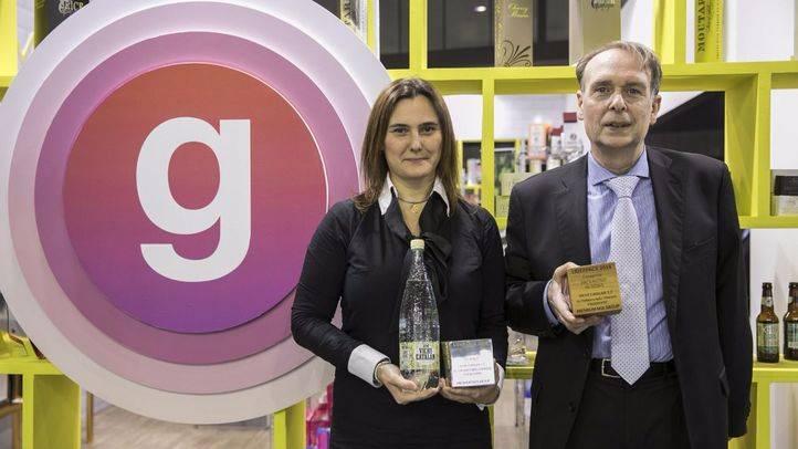 Enric Casas y Laura Álvarez, Consejero y Directora de Marketing de Vichy Catalán Corporation, posan con los dos galardones Liderpack al mejor packaging 2016 que ha logrado la botella de 1,2 litros de la compañía (Foto: Vichy Catalán)