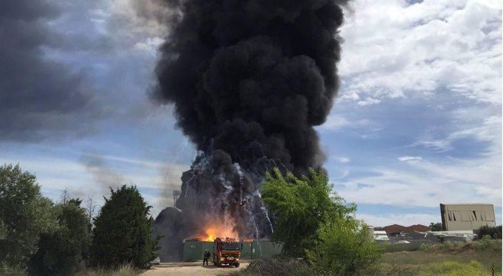 Columna de humo provocada por un incendio en una nave industrial de Arganda del Rey (Foto: Emergencias Comunidad de Madrid 112)