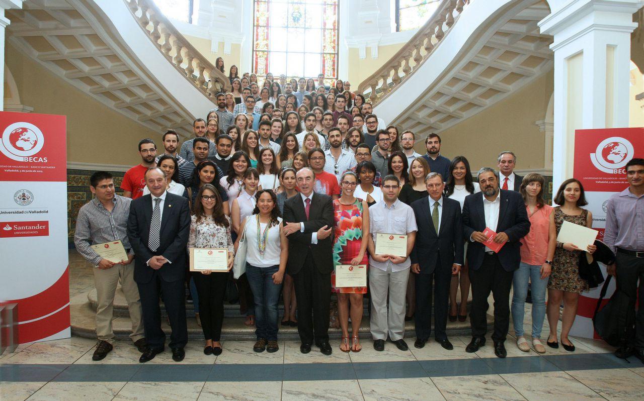 La Universidad de Valladolid y Banco Santander entregan 126 becas a estudiantes con talento