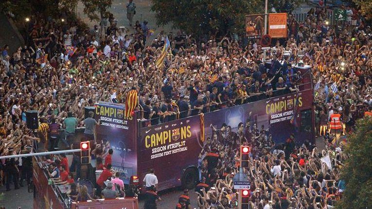 Barcelona se desborda nuevamente para aclamar al Barça tricampeón