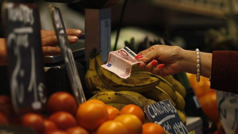 Gasolinas, alimentos y hoteles elevan 4 décimas el IPC y evitan un problema de deflación