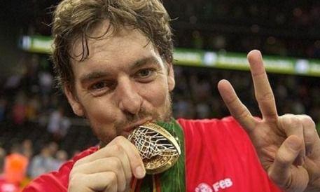 Pau con la medalla de oro del anterior Eurobasket