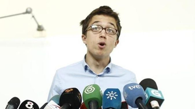 En Podemos no gustó tanto la bandera española del PSOE: 'Es una competición con el PP en la que no vamos a entrar'