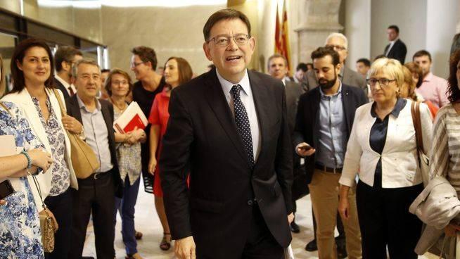 Ximo Puig, investido presidente de la Comunidad Valenciana con el apoyo de Comprom�s y 8 de los 13 diputados de Podemos