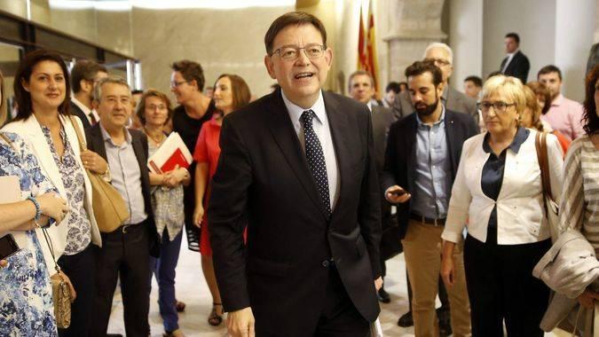 Ximo Puig, investido presidente de la Comunidad Valenciana con el apoyo de Compromís y 8 de los 13 diputados de Podemos