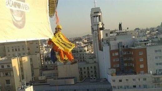 Activistas de Greenpeace se cuelgan del Congreso a través de una grúa para protestar contra la 'Ley Mordaza'