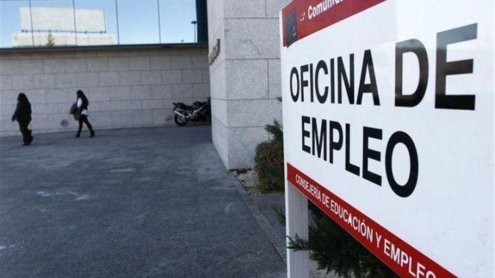 El paro bajó en junio en casi 100.000 personas, pero se ralentiza la creación de empleo