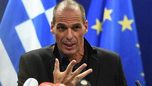 """Varufakis dice que la moneda común y la democracia """"son compatibles entre sí"""""""