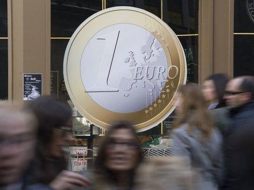 El euro cae tras el triunfo del 'no' en el referéndum de Grecia