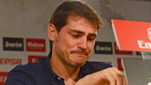 Grandes del Barça apoyan a su rival y amigo: Iniesta, Piqué y Puyol, con Casillas