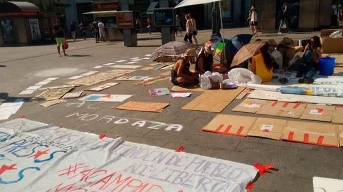 Un grupo de acampados en la Puerta del Sol