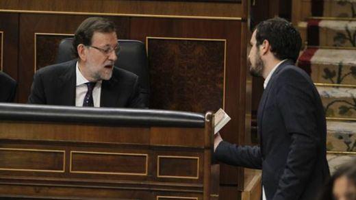 Garzón sorprende a Rajoy regalándole un libro de Keynes para que sepa lo que es