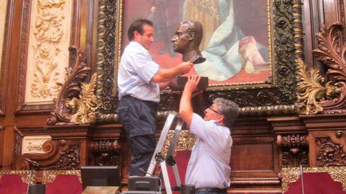 Colau dice que retira el busto de Juan Carlos I para cumplir con 'la normativa vigente'