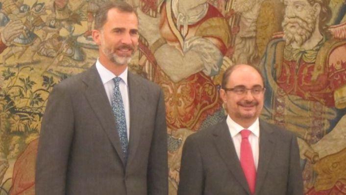 Lambán ofrece a un sonriente Felipe VI la mediación de Aragón entre sus vecinos de Cataluña y Navarra