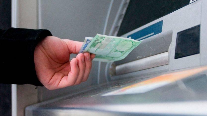 El Banco de España determina que sólo se puede cobrar una comisión por sacar dinero en los cajeros