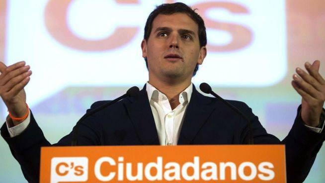 Rivera acusa a Rajoy de querer reformar la Constitución para reforzar la