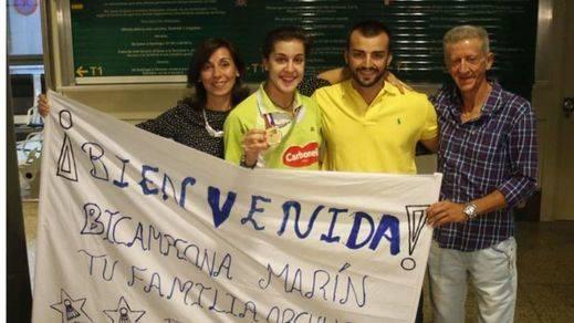 La 'campeonísima' Carolina Marín ya está en España con el oro y el