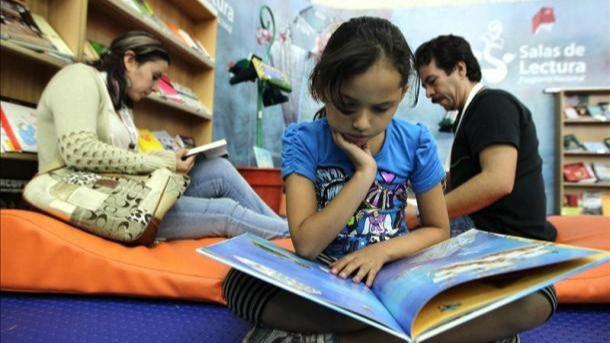Las mujeres leen más durante el verano: un 64% frente al 54% de los hombres