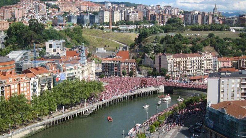 Calurosa bienvenida de la afición del Athletic de Bilbao en el Ayuntamiento
