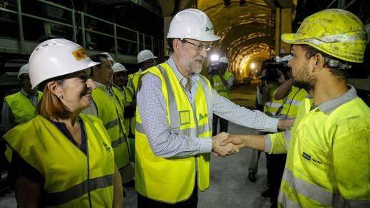 Rajoy junto a la ministra de Fomento, Ana Pastor,  visita las obras del AVE en el túnel de Prado (Vilar de Barrio)