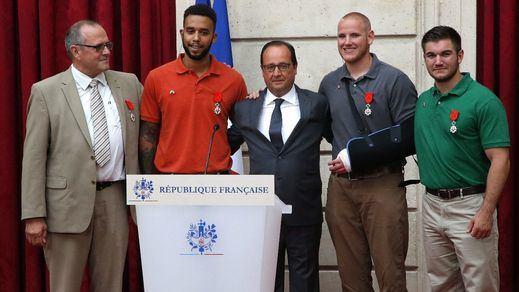Hollande condecora a los pasajeros que detuvieron al atacante del tren en Francia