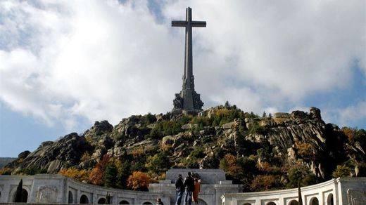 El PSOE pedirá fondos para abrir fosas y exhumar los restos de Franco del Valle de los Caídos