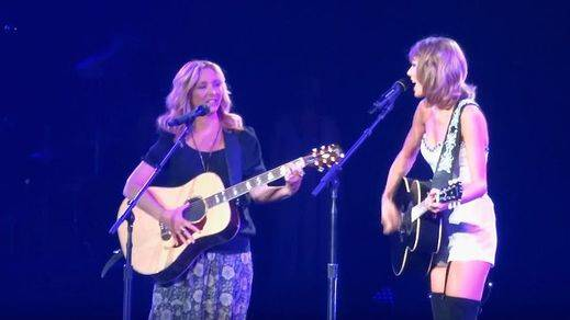 Taylor Swift versiona 'Smelly Cat' junto a Lisa Kudrow (Phoebe en 'Friends')