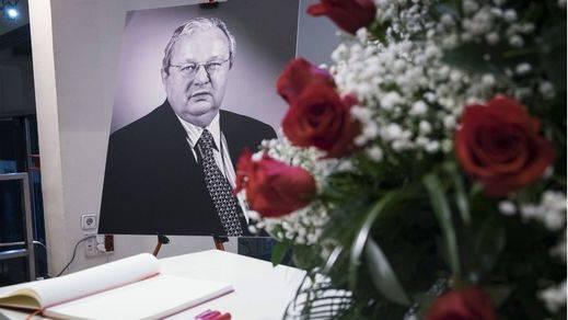 La familia y la cúpula del PSOE dan el último adiós a Txiki Benegas