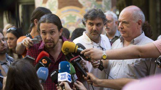 El cabeza de lista de Catalunya Sí Que es Pot, Luís Rabell (d), y el secretario general de Podemos, Pablo Iglesias