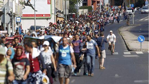 Cientos de refugiados abandonan a pie Hungría rumbo a Austria