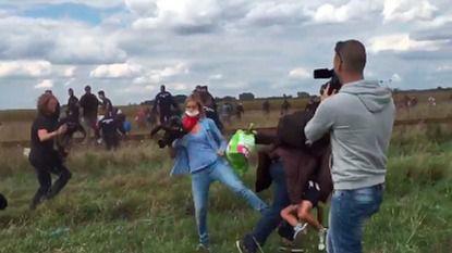 Despiden a la periodista húngara que dio patadas a los refugiados