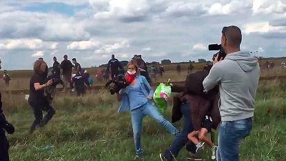 La periodista húngara que agredió a los refugiados podría pasar cinco años en prisión